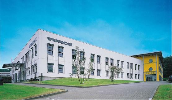 Die Turck Beierfeld GmbH hat ihren Sitz in Grünhain-Beierfeld im sächsischen Erzgebirgskreis. Seit mehr als 20 Jahren garantiert TURCK auch hier Elektronikfertigung auf höchstem technischen Niveau.