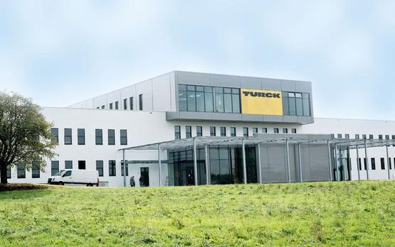 Die Werner Turck GmbH & Co. KG mit Sitz im sauerländischen Halver ist für die Bereiche Entwicklung und Fertigung innerhalb der TURCK-Gruppe verantwortlich.